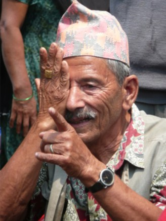 Oogscreening van een oudere man in Pakhora