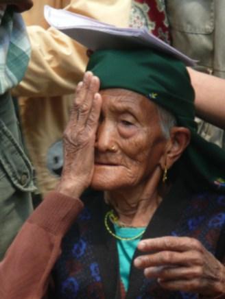 Oogscreening van een oudere vrouw in Pakhora